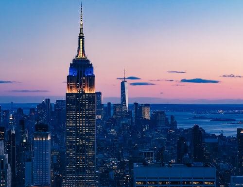Todos conocemos y hemos visto mil veces la imagen del edificio más emblemático de Nueva York, el Empire State Building. Ha sido protagonista en películas, posters, tarjetas postales, murales… pero, sabemos en realidad que hay detrás de tanta fama? Comencemos con el nombre: Empire State era el nombre que en aquellos tiempos (1931) se le […]